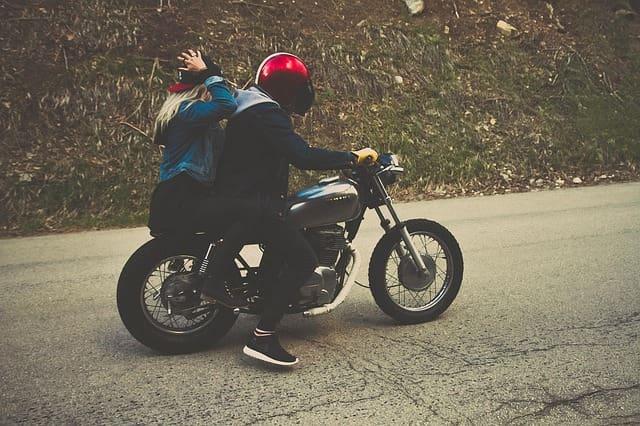 Couple sur un moto en balade